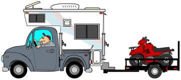 拉扯ATV的卡车&露营车 库存照片