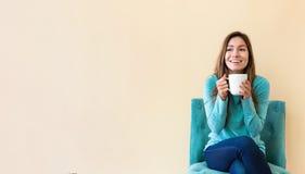 年轻拉提纳妇女饮用的咖啡 库存照片