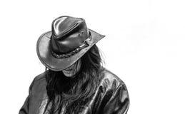 拉提纳青少年在黑帽会议和皮夹克 免版税图库摄影