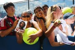 拉斐尔・拿度等待题名的网球迷在比利・简・金国家网球中心在纽约 免版税库存照片