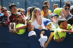 拉斐尔・拿度等待题名的网球迷在比利・简・金国家网球中心在纽约 免版税库存图片
