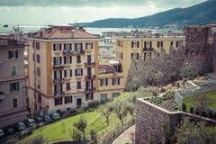 拉斯佩齐亚,意大利- 2016年3月09日:拉斯佩齐亚高狭窄的房子  免版税库存图片