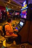 拉斯维加斯,美利坚合众国- 2016年5月7日:打牌轮盘赌的桌在佛瑞蒙赌博娱乐场 库存图片