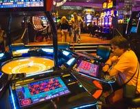 拉斯维加斯,美利坚合众国- 2016年5月7日:打牌轮盘赌的桌在佛瑞蒙赌博娱乐场 库存照片