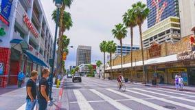 拉斯维加斯,美利坚合众国- 2016年5月07日:走在佛瑞蒙街的人民 库存照片