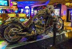 拉斯维加斯,美利坚合众国- 2016年5月7日:银色摩托车和桌打牌的在佛瑞蒙赌博娱乐场 库存图片
