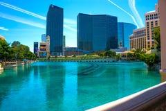 拉斯维加斯,美国- 2016年5月05日:世界性走在小条,举世闻名的旅馆和人们作为大道南部 免版税库存图片