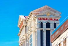 拉斯维加斯,美国- 2018年1月31日:旅馆凯撒宫的门面的看法 查出在蓝色背景 免版税库存图片