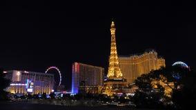 拉斯维加斯,美国11月07,2017 :夜霓虹灯拉斯维加斯巴黎旅馆赌博娱乐场 股票录像