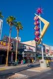 拉斯维加斯, NV - 2016年11月21日:有维加斯的佛瑞蒙街签到ablue天空 免版税图库摄影