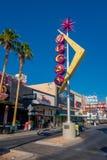 拉斯维加斯, NV - 2016年11月21日:有维加斯的佛瑞蒙街签到ablue天空 库存图片