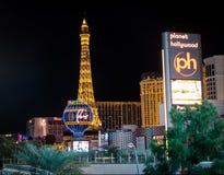 拉斯韦加斯大道和巴黎旅馆赌博娱乐场在晚上-拉斯维加斯,内华达,美国 免版税库存照片