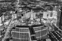 拉斯韦加斯大道赌博娱乐场在从直升机的晚上 夜ligh 免版税图库摄影