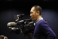 拉斯维加斯内华达, 2015年12月14日:亚裔摄影师由唐纳德・川普等候总统集会在Westgate拉斯维加斯手段& 免版税库存图片