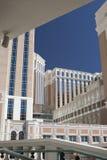 拉斯维加斯现代旅馆大厦 背景开罗埃及前景吉萨棉hdr图象khafre金字塔狮身人面象 库存图片