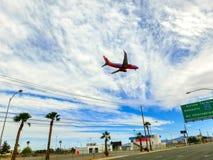 拉斯维加斯,美利坚合众国- 2016年5月06日:在下降为登陆的蓝天的航空器在机场 免版税库存图片
