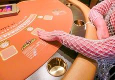 拉斯维加斯,美利坚合众国- 2016年5月11日:坐在打牌用之轻便小桌上的妇女在佛瑞蒙赌博娱乐场 库存图片