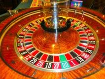 拉斯维加斯,美利坚合众国- 2016年5月06日:打牌轮盘赌的桌在佛瑞蒙赌博娱乐场 库存照片