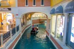 拉斯维加斯, NV - 2016年11月21日:一墩大运河的威尼斯式旅馆复制品的长平底船的未认出的人 免版税库存照片