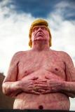 拉斯维加斯, NV - 10月12日:共和党总统被提名人唐纳德・川普一个裸体雕象由艺术家约书亚门罗的是被安置的outsid 免版税图库摄影