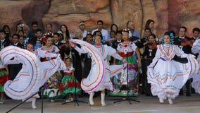 拉斯维加斯, NV - 2015年10月14日:墨西哥流浪乐队结合,并且墨裔美国人的舞蹈家执行在美国的内华达Presiden希拉里・柯林顿 库存照片