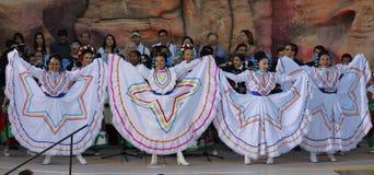 拉斯维加斯, NV - 2015年10月14日:墨西哥流浪乐队结合,并且墨裔美国人的舞蹈家执行在美国的内华达Presiden希拉里・柯林顿 免版税库存图片