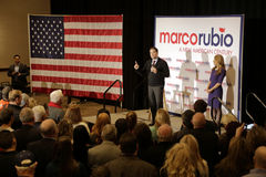 拉斯维加斯, NV - 12月14日:有他的妻子的Jeanette鲁比欧共和党总统候选人佛罗里达马克罗・鲁比奥参议员,讲du 免版税库存图片