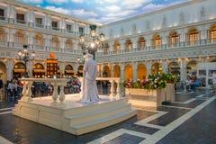 拉斯维加斯, NV - 2016年11月21日:观看一个生存雕象的未认出的人在威尼斯式旅馆里在拉斯维加斯 库存图片
