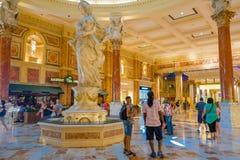 拉斯维加斯, NV - 2016年11月21日:走在威尼斯式旅馆内部的未认出的人在拉斯维加斯 免版税库存图片