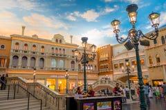 拉斯维加斯, NV - 2016年11月21日:走在威尼斯式旅馆复制品的广场的未认出的人盛大 图库摄影