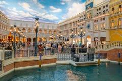 拉斯维加斯, NV - 2016年11月21日:走在威尼斯式旅馆复制品的广场的未认出的人盛大 免版税图库摄影