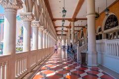 拉斯维加斯, NV - 2016年11月21日:走在威尼斯式旅馆的大厅里的未认出的人在拉斯维加斯 免版税库存照片