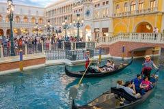 拉斯维加斯, NV - 2016年11月21日:走在广场和使用长平底船威尼斯式的未认出的人 免版税库存图片