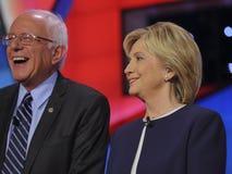 拉斯维加斯, NV - 2015年10月13日:CNN民主党总统辩论以候选人参议员为特色 伯尼・桑德斯,希拉里・克林顿笑 免版税库存照片