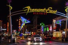 拉斯维加斯-大约2016年12月:与霓虹马蒂尼鸡尾酒玻璃的佛瑞蒙街东部区标志我 免版税库存图片