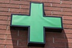 拉斯维加斯-大约2017年7月:绿色发怒标志 绿色十字架是用于大麻社区的一个共同的标志IV 库存图片