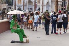 街道执行者在拉斯维加斯,在2的3月30日, NV使游人惊奇 免版税库存照片