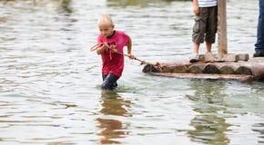 拉木筏年轻人的男孩 免版税库存照片