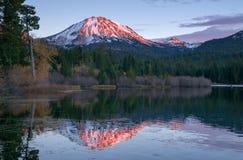 拉森火山全国火山的公园Manzanita湖日落 图库摄影
