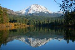 拉森火山的反映在湖 库存图片