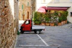 拉波拉诺泰尔梅,托斯卡纳,意大利 猿在老镇停放的比雅久红色 免版税图库摄影