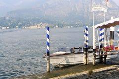 贝拉焦,意大利;26 09 2016年 到达码头的小船在贝拉焦,科莫湖的 免版税库存图片