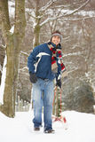 拉爬犁冬天的横向人 免版税图库摄影