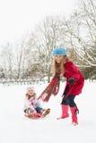 拉爬犁雪的女儿母亲 免版税库存照片