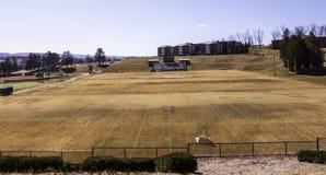 拉特罗布,宾夕法尼亚,美国3/23/2019褐色,死的草在Chuck Noll橄榄球场的春天在圣文森特大学 库存照片
