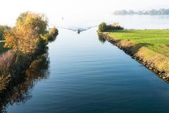 拉珀斯维尔,SG/瑞士- 2018年11月5日:有旅游人通行证的汽艇从低到上部苏黎世湖thro 免版税库存图片