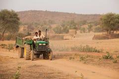 拉石渣印度的负荷拖拉机 库存图片