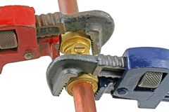 拉紧有板钳的水管工管道工程管组 图库摄影