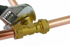 拉紧管道工程管组的水管工 库存照片