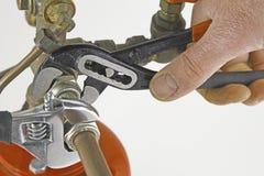 拉紧管道工程管组的水管工 免版税库存图片